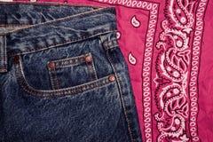 Klassische Jeans mit der Nahaufnahme mit fünf Taschen Paisley kopierte Bandana, klassisches rotes und weißes Halstuch, Radfahrerk lizenzfreie stockfotografie