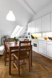 Klassische Küche mit Holztisch und Parkettboden lizenzfreie stockbilder
