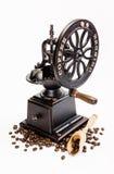 Klassische Kaffeemühle mit Kaffeebohnen Stockbilder