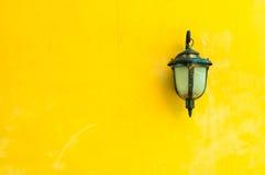 Klassische Lampe auf gelber Wand Lizenzfreie Stockfotografie