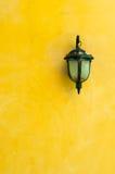 Klassische Laterne auf gelber Wand Lizenzfreie Stockfotos