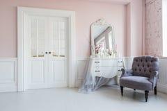 Klassische Lehnsessel- und Spiegeltabelle am Wohnzimmerinnenraum Lizenzfreies Stockbild