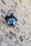 Klassische Leuchte auf Backsteinmauer Stockbild