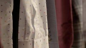 Klassische männliche Hemden, die an der Kleidungs-Schiene hängen stock footage