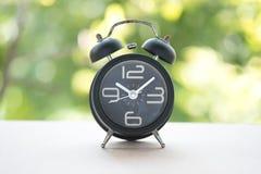 Klassische mechanische Glockenuhr auf Schwarzem punktiert stockfoto