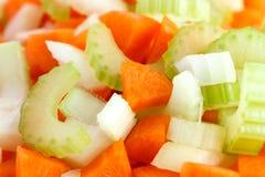 Klassische Mischung von den Karotten, von Sellerie und von Zwiebel ganz oben gehackt stockfotografie