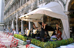 Klassische Musiker im Marktplatz San Marco Stockbild