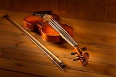 Klassische Musikviolinenweinlese im hölzernen Hintergrund Lizenzfreies Stockfoto