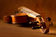 Klassische Musikviolinenweinlese im hölzernen Hintergrund Lizenzfreie Stockfotos