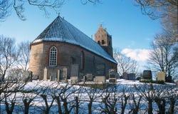 Klassische niederländische Kirche in einer Winterlandschaft lizenzfreie stockbilder