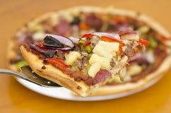 Klassische Oberste Pizzascheibennahaufnahme Lizenzfreie Stockbilder