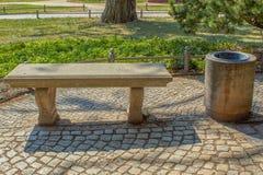 Klassische Parkbank machte vom Stein mit Abfall lizenzfreie stockbilder