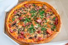 Klassische Pizza in einem Kasten Lizenzfreies Stockfoto