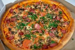 Klassische Pizza in einem Kasten Lizenzfreie Stockbilder