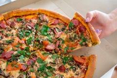 Klassische Pizza in einem Kasten Stockbild
