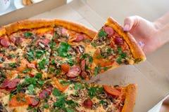 Klassische Pizza in einem Kasten Stockfoto