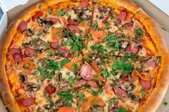 Klassische Pizza in einem Kasten Stockfotografie