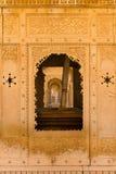 Klassische Rajasthanmit blumenverzierung und -bögen Stockfotografie