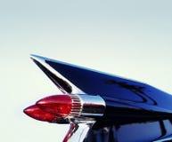 Klassische Retro- Jahrchromauto-Heckflosse Stockfoto