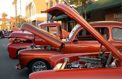 Klassische rote Fahrzeuge in Folge Stockbilder