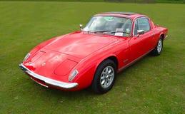 Klassische rote Lotus Elan + Auto mit 2 Sport Lizenzfreie Stockfotos
