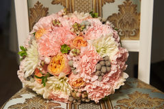 Klassische runde Form des Hochzeitsblumenstraußes von Pfingstrosenrosen floristry Lizenzfreie Stockfotografie