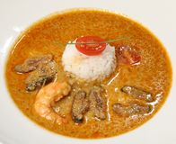 Klassische sauer-würzige thailändische Suppe der Kokosmilchsuppe mit Garnele, Huhn, shitaki, Kirsche, Lemongras, Ingwer und Reis stockbilder