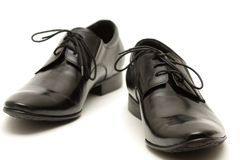 Klassische Schuhe der schwarzen Männer auf weißem Hintergrund Lizenzfreie Stockbilder