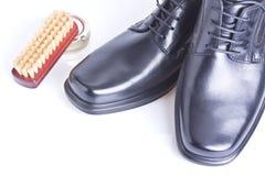 Klassische Schuhe der schwarzen Männer, Mattepoliermittel und Pinsel lizenzfreies stockfoto