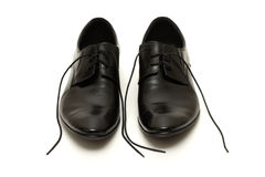 Klassische Schuhe der schwarzen Männer mit gelösten Spitzeen stockfoto