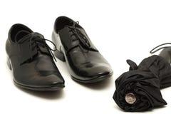 Klassische Schuhe der schwarzen Männer mit Regenschirm stockfotos
