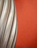 Klassische silberne Spirale mit Rost-Hintergrund Stockfoto