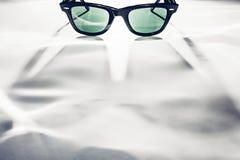 Klassische Sonnenbrille auf Weiß Fokus auf Kopienraum für Ihre Projekte lizenzfreie stockfotos