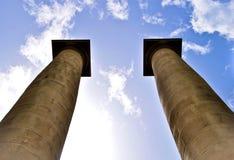 Klassische Spalten unter blauem Himmel in Barcelona Spanien stockfotografie