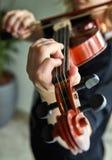 Klassische Spielerh?nde Details des Violinenspielens stockbilder
