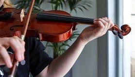Klassische Spielerh?nde Details des Violinenspielens lizenzfreies stockfoto