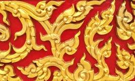 Klassische Steincarvings-thailändische Weinlese-Art-Kunst des goldenen nahtlosen mit Blumenmusters auf der roten konkreten Hinter Stockfotos