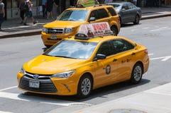 Klassische Straßenansicht von gelben Fahrerhäusern in New York City Lizenzfreie Stockfotografie