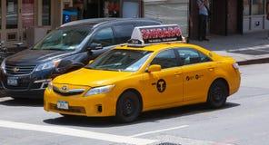 Klassische Straßenansicht von gelben Fahrerhäusern in New York City Lizenzfreies Stockbild