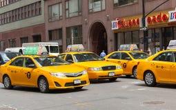 Klassische Straßenansicht von gelben Fahrerhäusern in New York City Lizenzfreie Stockfotos