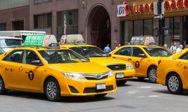 Klassische Straßenansicht von gelben Fahrerhäusern in New York City Lizenzfreies Stockfoto
