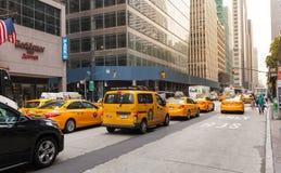 Klassische Straßenansicht von gelben Fahrerhäusern in New York City Stockbild
