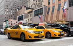 Klassische Straßenansicht von gelben Fahrerhäusern in New York City Stockfotografie