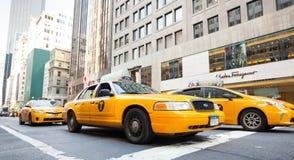 Klassische Straßenansicht von gelben Fahrerhäusern in New York City Stockfotos