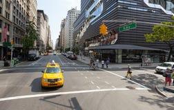 Klassische Straßenansicht von gelben Fahrerhäusern in New York City Stockbilder