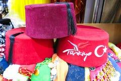 Klassische türkische Hüte auf dem großartigen Basar Istanbuls lizenzfreie stockfotografie