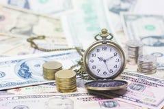 Klassische Taschenuhr, Münzen mit Banknoten 10 Dollar, 50 Dollar Stockfotografie