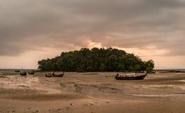 Klassische Thailand-Sonnenuntergangansicht mit Booten des langen Schwanzes Lizenzfreie Stockbilder