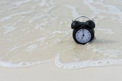 Klassische Uhr auf dem Sand Lizenzfreies Stockfoto