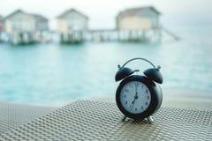 Klassische Uhr auf dem Stuhl Stockfotografie